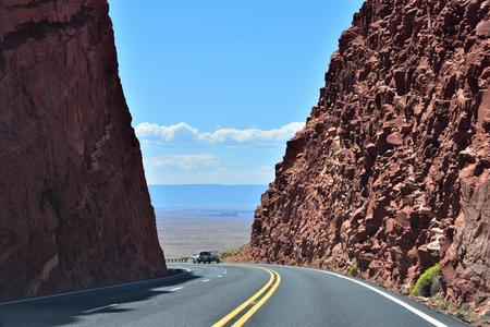 highway through mountains in arizona Stok Fotoğraf
