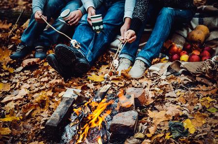 fogatas: Pareja de camping en el bosque de otoño. Fondo de la caída