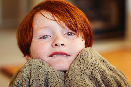 7 살짜리 소년 턱에 담요를 밀어