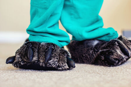 old year: due anni ragazzo indossa pantofole orso sfocati