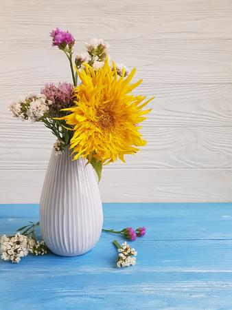 vase, flower sunflower on wooden background Standard-Bild