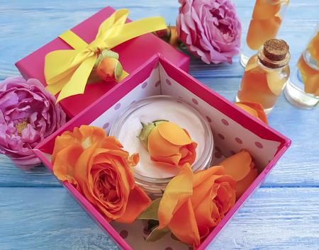 gift box cosmetic orange fresh orange rose on a blue wooden Banque d'images