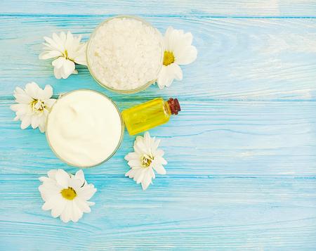 cosmetic cream, chrysanthemum on wooden background freshness Stockfoto