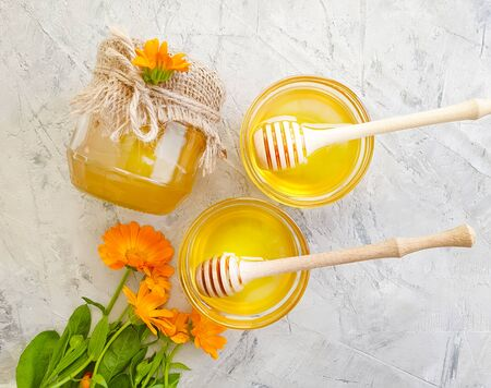 fresh honey flower calendula on a gray concrete background 版權商用圖片