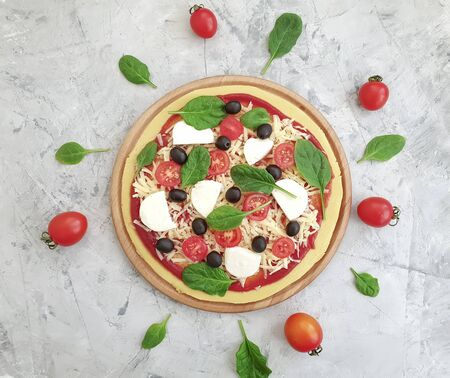 pizza, tomatoes, olives on concrete background preparation 写真素材 - 135309972