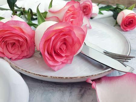 plate flower rose on concrete background restaurant Zdjęcie Seryjne