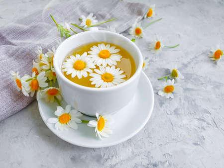 chamomile flower tea on concrete background Zdjęcie Seryjne - 151843962