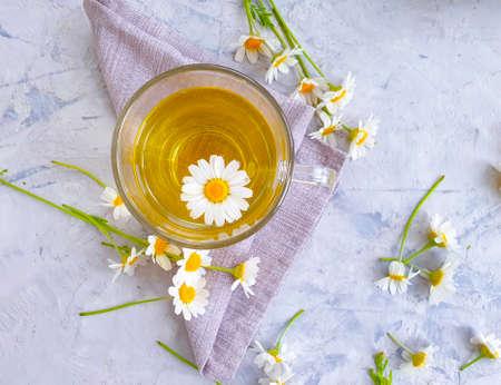 chamomile flower tea on concrete background Zdjęcie Seryjne - 151843963