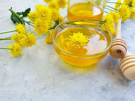 fresh honey yellow flowers on concrete background Zdjęcie Seryjne