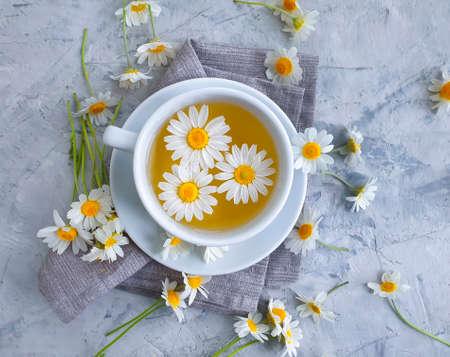 chamomile flower tea on concrete background Zdjęcie Seryjne - 152289393