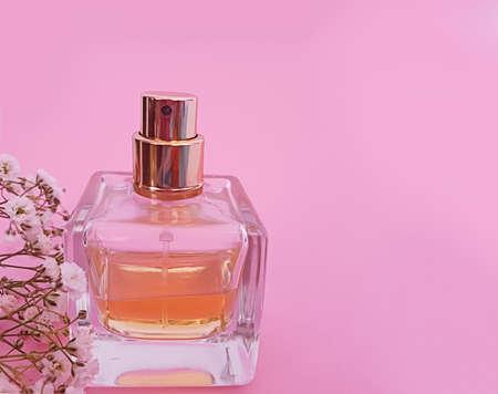 bottle perfume flower on a colored background Zdjęcie Seryjne