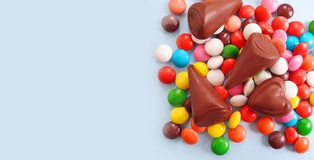 chocolate candies on colored background Zdjęcie Seryjne