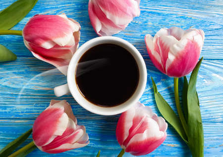 cup of coffee flower tulip on wooden background Imagens