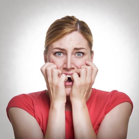 Jonge koele vrouw angst gezicht. Gestemde foto.