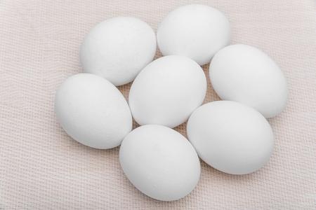 Kippen witte eieren op een servet close-up.