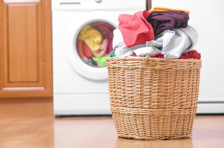 세탁기의 배경에 세탁 바구니. 스톡 콘텐츠