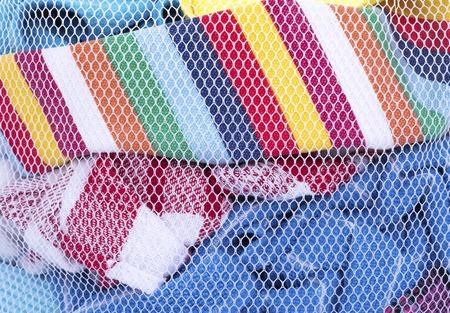 Wäschesack mit Kleidung zum Waschen. Nahansicht. Getrennt auf weißem Hintergrund. Standard-Bild