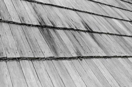 오래 된 집의 목조 지붕입니다.