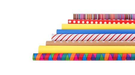 Rollen van veelkleurig inpakpapier op een witte achtergrond.
