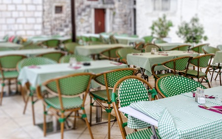 Tables in the restaurant in the open air. Stockfoto