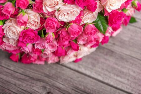 A bouquet of roses on a wooden background. Banque d'images - 132120135