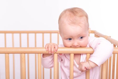 Baby girl at children's playpen. Banque d'images - 135789206