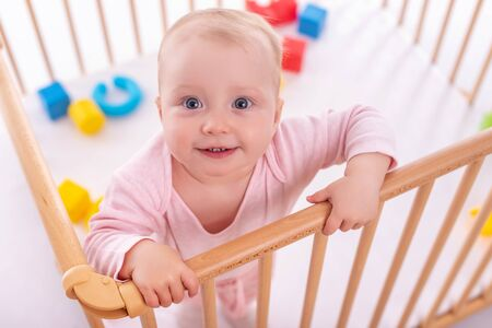 Baby girl at childrens playpen. Banque d'images - 135160581