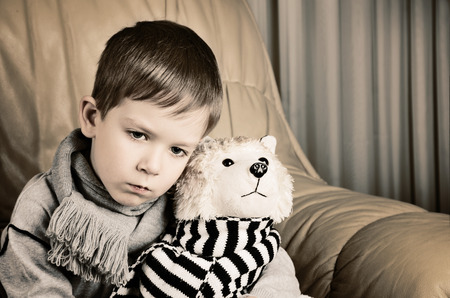 ni�os tristes: Imagen te�ida ni�o peque�o triste que abraza el perro de juguete horizontal Foto de archivo