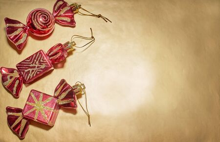 A set of Christmas tree toys lies on a gold background Archivio Fotografico - 132389154