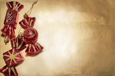 A set of Christmas tree toys lies on a gold background Stok Fotoğraf - 132389157