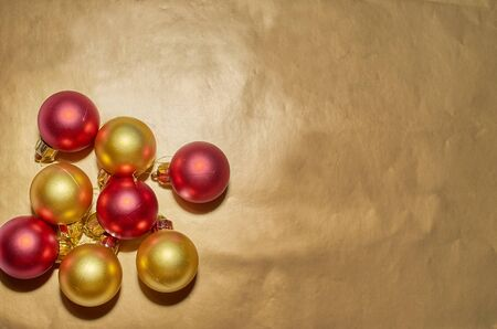 A set of Christmas tree toys lies on a gold background Archivio Fotografico - 132389156