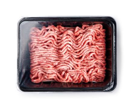 Vassoio di plastica con carne macinata di maiale fresca cruda isolata su fondo bianco. Design del packaging per mock up.