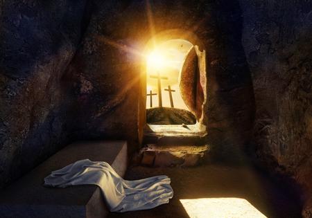 Él ha resucitado. Tumba vacía con sudario. Crucifixión al amanecer. La ilustración contiene elementos 3d. Foto de archivo