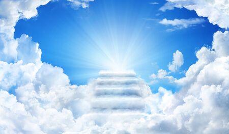 Wolkentreppe zum Himmel. Treppe im Himmel. Konzept Religion Hintergrund