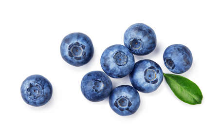 Fresh blueberries with bluberry leaves isolated on white background. Top vew of berries. 版權商用圖片