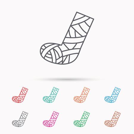 석고 또는 캐스트 발 아이콘. 깨진 된 다리 기호입니다. 인간의 복구 의학 기호입니다. 흰색 배경에 선형 아이콘입니다.