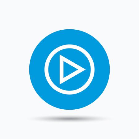 Play icon. Audio or Video player symbol. Blue circle button with flat web icon. Vector Stock Illustratie
