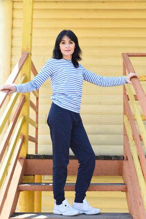 45 y.o. Russian woman posing on stairs Zdjęcie Seryjne