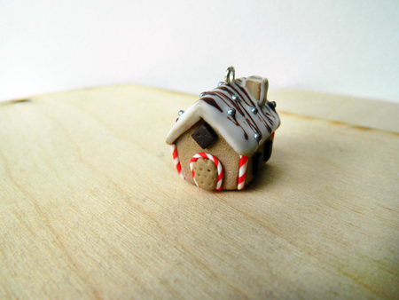 casita de dulces: Miniature polymer clay gingerbread house with candy canes and chocolate Foto de archivo