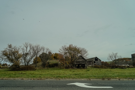 Ramshackle old barn near the road Imagens
