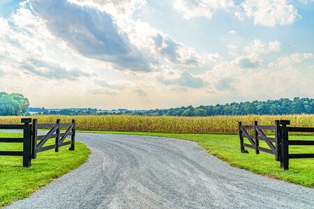 Amish country field agriculture, beautiful brown wooden fence, farm, barn in Lancaster, PA US. 免版税图像
