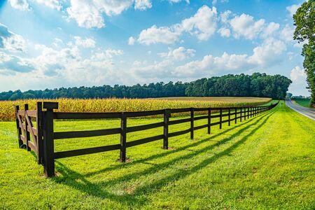 Agricultura de campo del país Amish, hermosa valla de madera marrón, granja, granero en Lancaster, PA, EE. UU.
