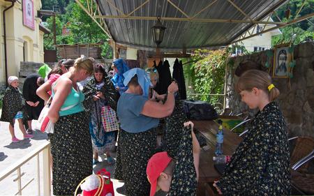 sotana: Los turistas se visten para visitar una iglesia ortodoxa