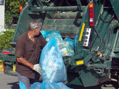 Lazarevskoe, Soczi, Rosja - 27 czerwca 2014 roku: zbieranie śmieci na ulicach miasta Lazarevskoye Publikacyjne