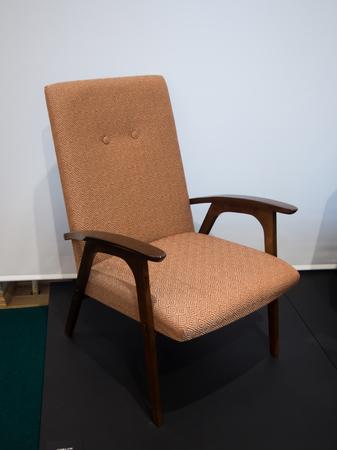 arredamento classico: il periodo sovietico vecchia sedia di legno di epoca