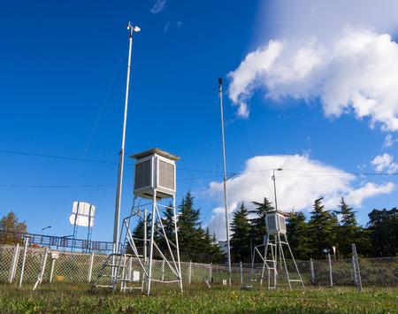 Equipo de la estación meteorológica para monitorear los fenómenos meteorológicos