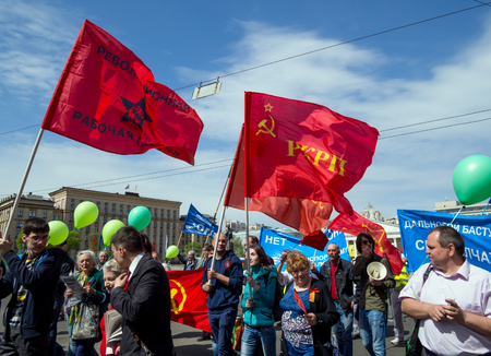 soviet flag: Voronezh, Russia - May 01, 2017: Procession of the participants of the May Day demonstration on Lenin Avenue, Voronezh Editorial