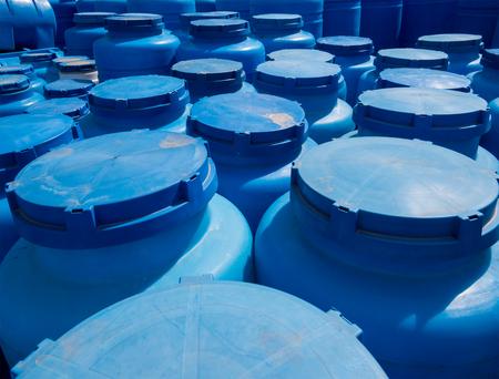 Blaue Kunststoffbehälter zur Lagerung von Flüssigkeiten im Lagerbereich Standard-Bild - 84606661