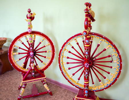 Zwei alte, national bemalte Spinnräder Standard-Bild