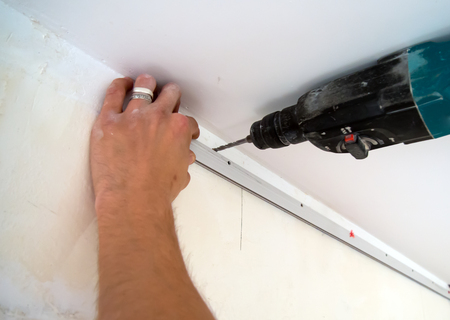 Fastening to the wall guide for stretch ceiling